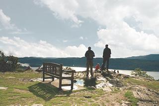 これを見ずに湖水地方は語れません! ベンチ 曇り空加工02 320.jpg