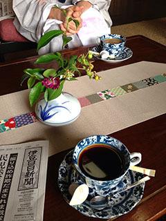 天城湯ヶ島18 捕1 ラウンジで新聞とコーヒー.jpg