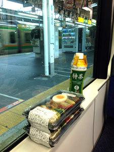 02上野でお弁当を買う.jpg