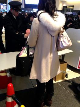 こんな可愛いコートだけどバッグの中身は野宿装備.jpg