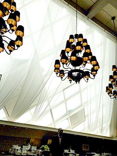 アトリウム ガラス屋根を仰ぐ.jpg
