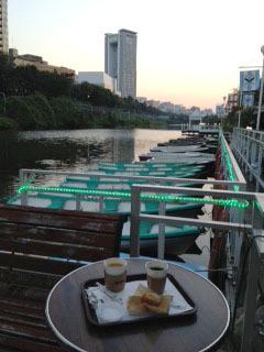 カナルカフェ お堀とボートと夕暮れ-1.jpg