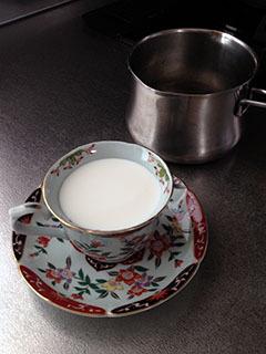 スイートシナモンカプチーノ01 カップでミルクを計る.jpg