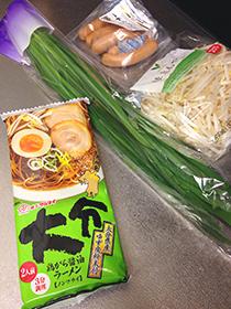マルタイラーメン九州を食す 04 ニラとかモヤシとか.jpg