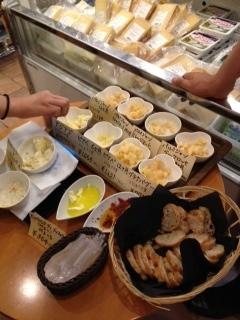 神楽坂ほおずき市 イタリア食材店 チーズの試食.jpeg