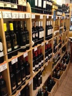 神楽坂ほおずき市 イタリア食材店 ワインの棚.jpeg