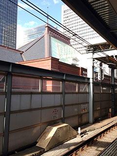 TSH外観 12アトリウムガラス屋根中央線のホーム.jpg